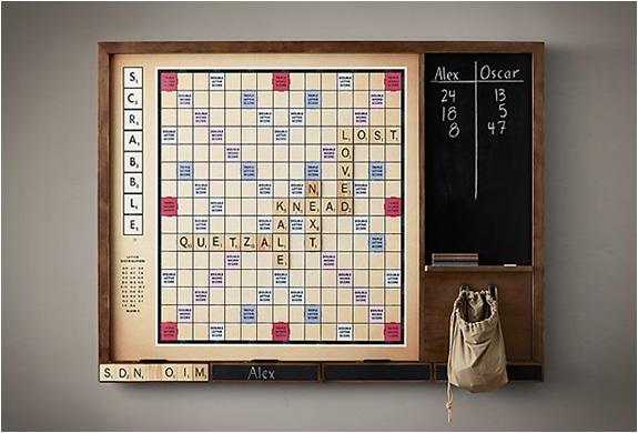 Reuze Scrabble als beursmuur