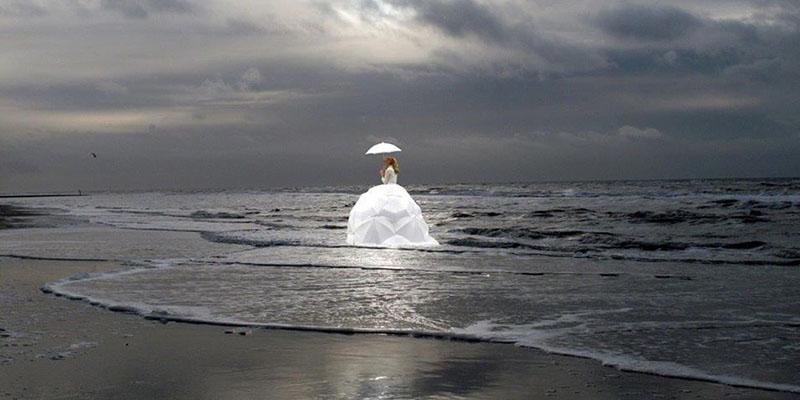 Act in een grote jurk op het water