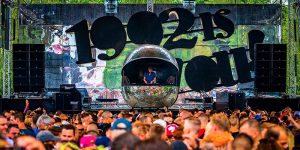 Grote discobal als DJ booth