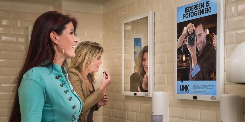 Reclamebord en spiegel in één
