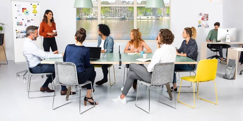 Vergaderen aan een tafeltennistafel
